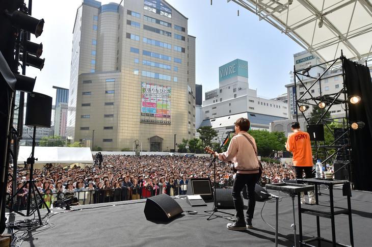 コブクロによるシークレットライブの様子。(写真提供:ワーナーミュージック・ジャパン)