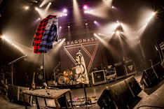 "IKUZONEのネルシャツが掲げられたステージ。(Photo by Takashi ""TAKA"" Konuma)"
