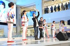 ランズベリー・アーサー(左から3番目)と中島ヨシキ(左から4番目)による朗読劇を見守るCUBERSのメンバー。