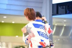 噴水前で末吉9太郎(奥)に抱きつくTAKA(手前)。