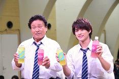 左から天龍源一郎、平野紫耀(King & Prince)。