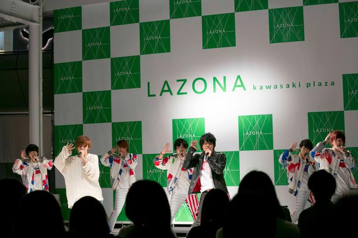 神奈川・ラゾーナ川崎プラザ ルーファ広場 グランドステージで行われた「それじゃ、よろしく」発売記念イベントの様子。