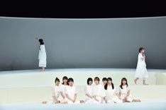 けやき坂46チームハーモニカによる「あゆみ」のワンシーン。