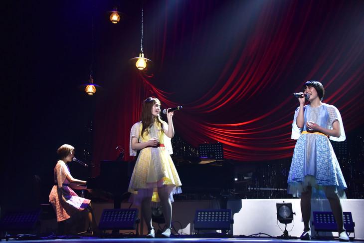 Negicco「世田谷コンサート」の様子。Kaede(左)の伴奏で歌うNao☆(中央)とMegu(右)。