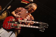 ギブソン製ダブルネックギターを弾く和嶋慎治。