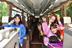 バスでスパリゾートハワイアンズへと向かうチームしゃちほことファン。