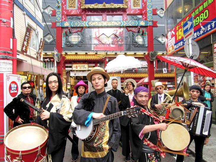 神奈川・横浜中華街でゲリラライブを行うドレスコーズ。