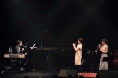 左から冨田恵一、安藤裕子、笹川美和。