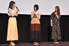 松村沙友理(左)の話を聞く西野七瀬(中央)と桜井玲香(右)。