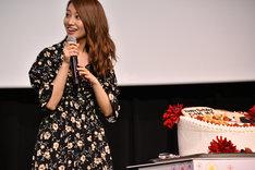バースデーケーキに笑顔を浮かべる桜井玲香。