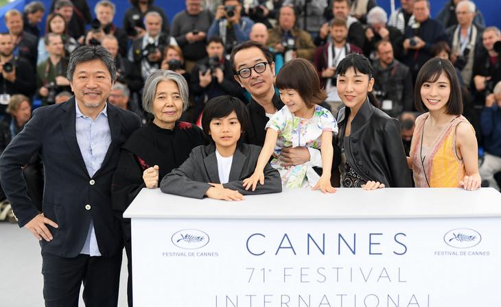 「第71回カンヌ国際映画祭」での「万引き家族」公式会見の様子。