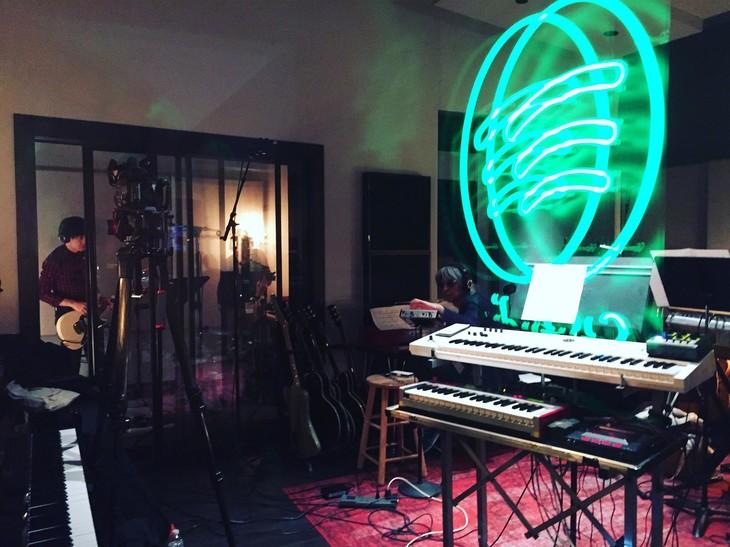 SpotifyのスタジオでレコーディングするCorneliusの様子。