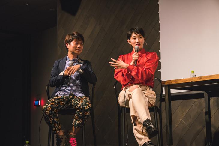 左からケンモチヒデフミ、コムアイ。(Photo by Mariko Kurose)