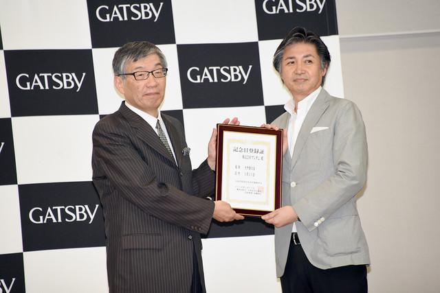 左から日本記念日協会の加瀬清志代表理事、株式会社マンダムの内山健司執行役員。