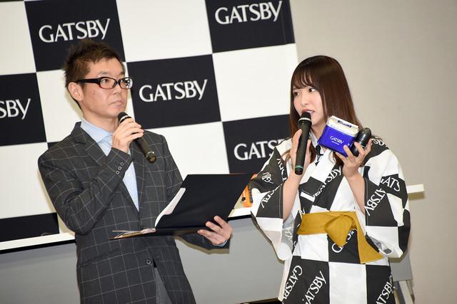 GATSBYのデオドラント商品について説明する松村香織(右)。