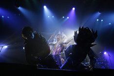 YURAサマ(Dr, Vo, Dance)(中央)