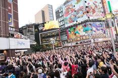 ももいろクローバーZがサプライズ登場した東京・西武新宿PePe前広場の様子。(撮影:笹森健一)