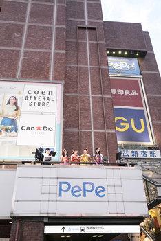東京・西武新宿PePe 2FバルコニーでトークするももいろクローバーZ。(撮影:笹森健一)
