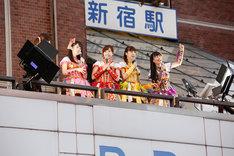 東京・西武新宿PePe 2Fバルコニーにサプライズ登場したももいろクローバーZ。(撮影:笹森健一)
