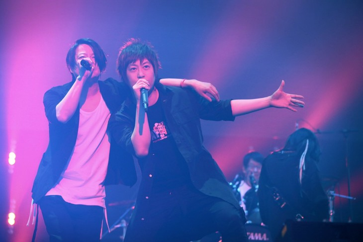「Dancin' Dancin'」を熱唱するTERU(Vo / GLAY)と阿信(Vo / Mayday)。(Photo by Viola Kam [V'z Twinkle])