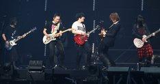 「Dancin' Dancin'」のセッションの様子。左から瑪莎(B / Mayday)、石頭(G / Mayday)、怪獸(G / Mayday)、TAKURO(G / GLAY)、HISASHI(G / GLAY)。
