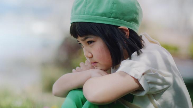 「GREEN DA・KA・RA やさしい麦茶」新テレビCM「見つけた」編のワンシーン。