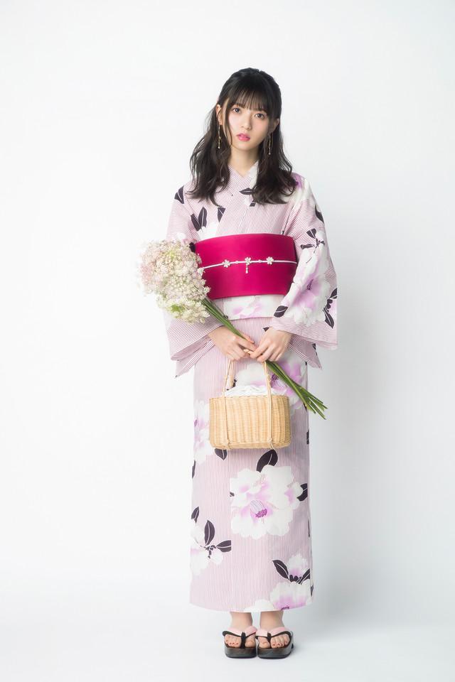 ストライプ椿浴衣を着用した齋藤飛鳥。