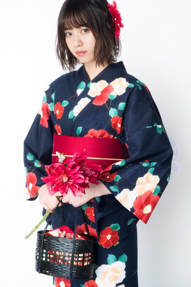 古典ツバキ浴衣を着用した西野七瀬。