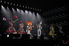 元読売ジャイアンツの宮本和知、藤村大介、同球団のマスコットキャラクターであるジャビットとトークするももいろクローバーZ。(Photo by HAJIME KAMIIISAKA + Z)