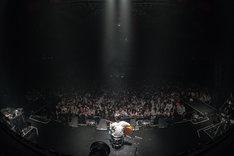 観客に見守られながら弾き語りを披露するPUNPEE。(撮影:横山純)