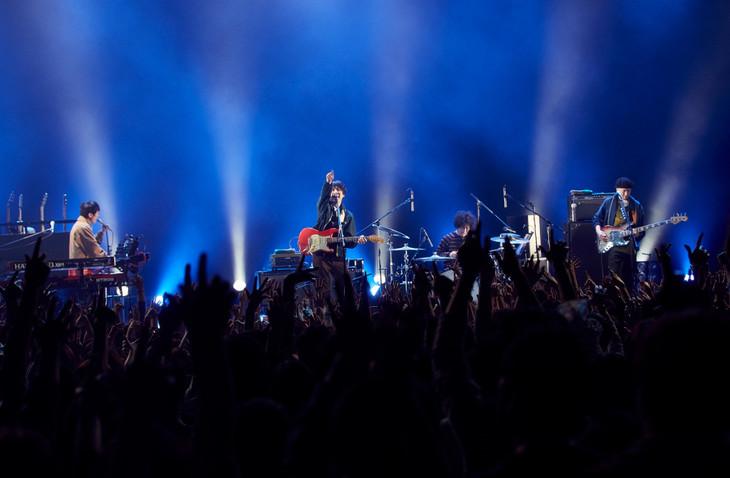 """「フジファブリック LIVE TOUR 2018 """"帰ってきた!!三日月ADVENTURE""""」東京・EX THEATER ROPPONGI公演の様子。(撮影:尾藤能暢)"""