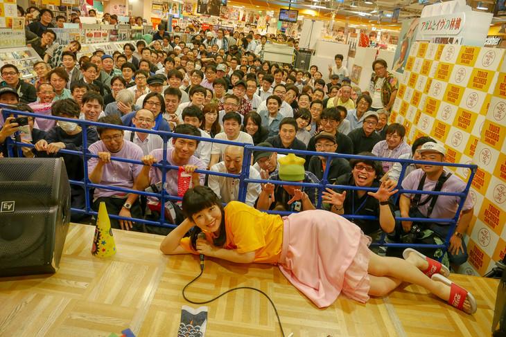 東京・タワーレコード新宿店で行われた、眉村ちあき「『目尻から水滴3個、戻る』リリース記念イベント」の様子。