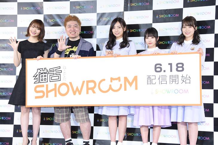 左から指原莉乃、吉田豪、新内眞衣、与田祐希、衛藤美彩。