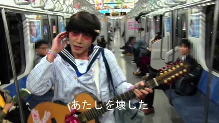 神聖かまってちゃん「るるちゃんの自殺配信」MVのワンシーン。