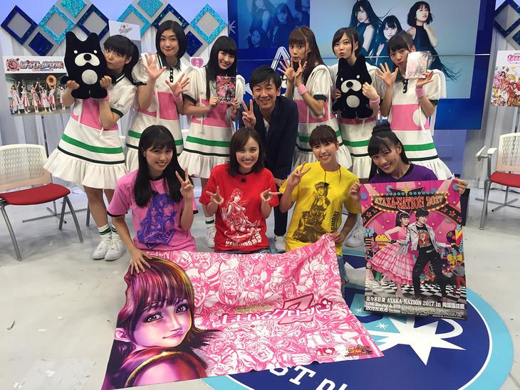 「緊急生特番!ももクロvsエビ中 生バトル第2弾!」に出演したももいろクローバーZ、私立恵比寿中学、飯塚悟志(東京03)。