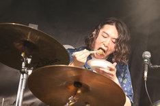 どじょう鍋を食べる鈴木敬(Dr, Cho)。(写真提供:ポニーキャニオン)