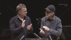 コリン・カリーとスティーヴ・ライヒによる「クラッピング・ミュージック」の演奏の様子。(写真提供:NHK)