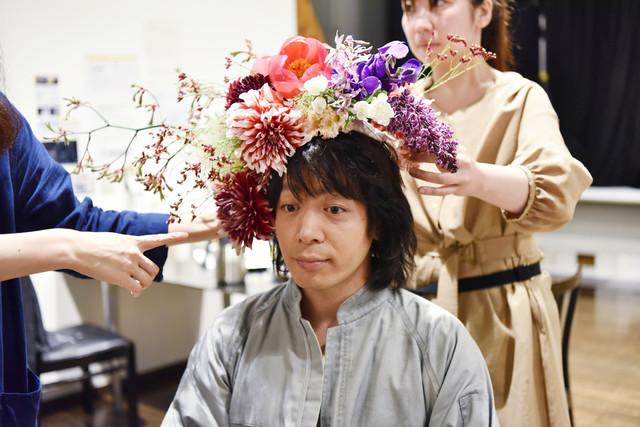 生花を頭に刺される峯田和伸。(c)日本テレビ