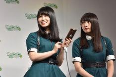 菅井友香に10円を送った長濱ねる(左)と渡辺梨加(右)。