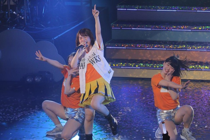 福岡ソフトバンクホークスのユニフォームに袖を通し、熱唱する内田真礼。(写真提供:ポニーキャニオン)