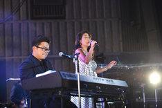 「音楽のような風」でデュエットするさかいゆう(左)とEPO(右)。