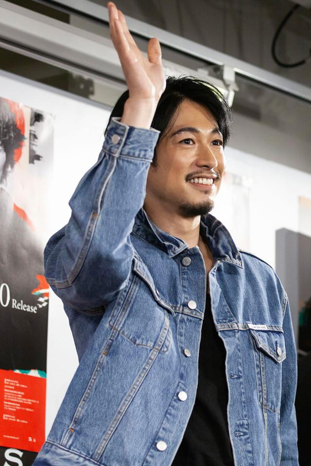 ファンに手を振るDEAN FUJIOKA。(撮影:島津明)