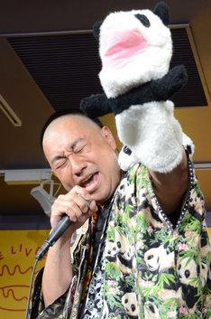 パンダの人形を掲げるレイザーラモンRG。