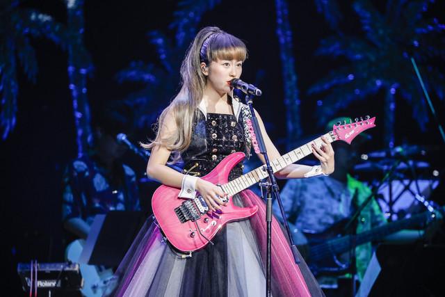 エレキギターを弾きながら歌う佐々木彩夏。(Photo by HAJIME KAMIIISAKA+Z)