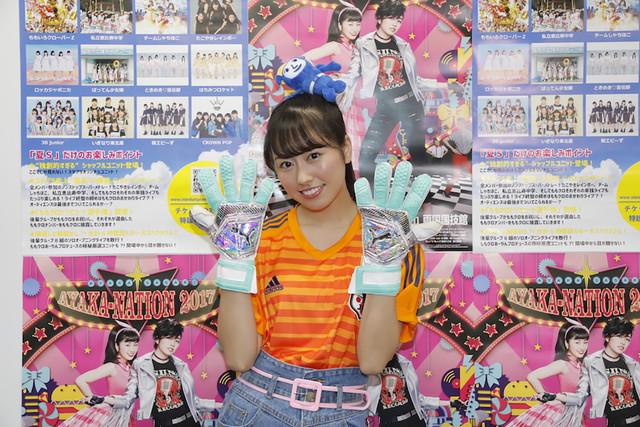 川島永嗣選手のユニフォームとグローブを着用した佐々木彩夏。(Photo by HAJIME KAMIIISAKA+Z)