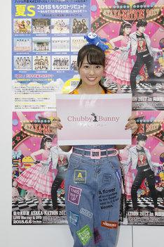 自身がプロデュースするブランド「Cubby Bunny」のロゴを掲げる佐々木彩夏。(Photo by HAJIME KAMIIISAKA+Z)