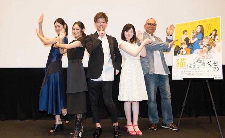 「猫は抱くもの」舞台挨拶の様子。左から林田岬優、佐藤乃莉、柿澤勇人、末永百合恵、犬童一心。