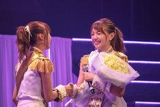 メンバーと握手する志村理佳(右)。(写真提供:エイベックス)