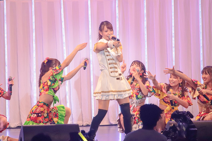 「森永乳業 Presents SUPER☆GiRLS LIVE TOUR 2018」東京・ディファ有明公演の様子。中央は志村理佳。(写真提供:エイベックス)