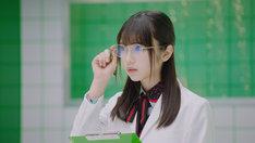 白衣&メガネ姿の与田祐希。